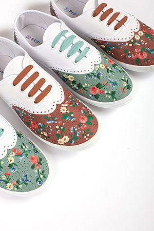 Scarpe da ginnastica dipinte a mano con fiori. Handmade shoes with flowers.