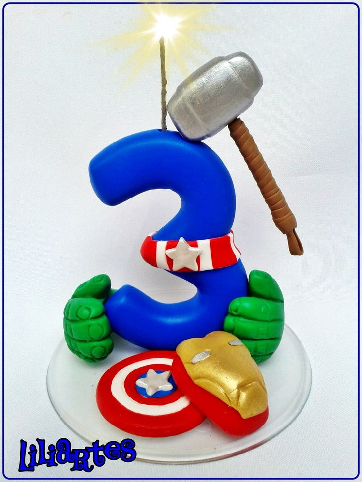 """Vela numeral estilizado, inspirada nos personagens """"Vingadores""""/da Marvel, ideal para topo de bolo.  Criação e confecção em biscuit: Liliane Bradbury/Liliartes.  *Totalmente feito a mão, sem uso de moldes  *Cópias não autorizadas/ Plágio não é legal! DENUNCIE!"""