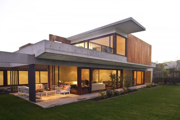 Broad Contemporary House Mixing Natural Materials