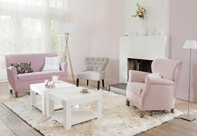 Zachtrose wanden en roze meubels.