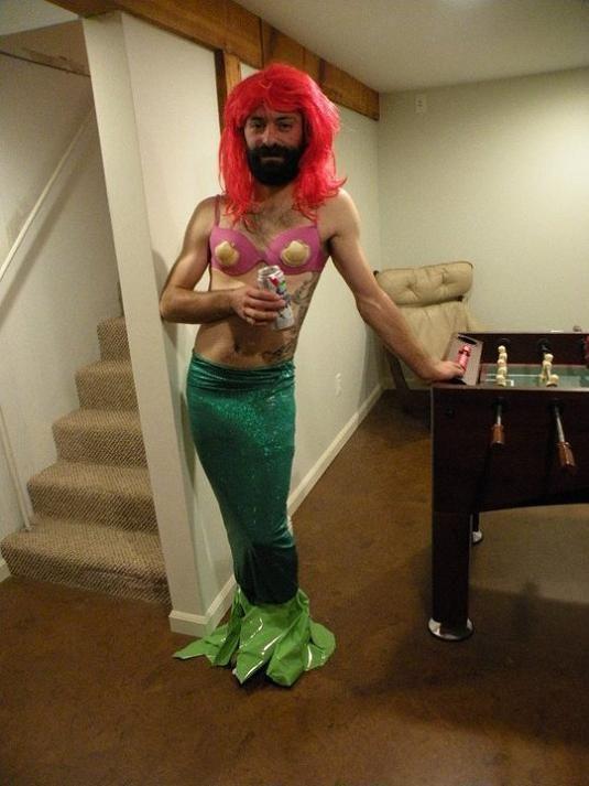 las-mejores-fotos-de-disfraces-originales-y-graciosos-para-carnaval-2016-disfraz-de-sirenita-para-hombre.jpg (535×713)