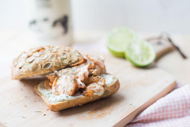 Dit broodje zalm met limoen-dille aïoli vormt een perfecte lunch voor ieder seizoen. In no-time klaar en lekker fris.