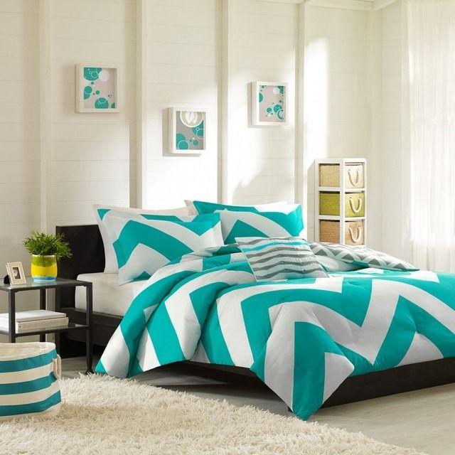 une chambre à coucher fraîche en blanc et bleu vif et un tapis shaggy blanc
