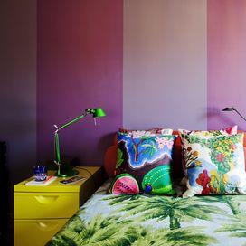 Se ami le tinte forti, usa una tappezzeria originale per personalizzare le pareti: oggi ne esistono di numerose varianti, con una vena decisamente artistica. L