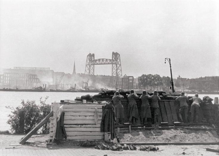 Nederlandse soldaten turen naar de Hef ongeveer een halfuur voor het bombardement van 14 mei 1940. De foto komt uit het boek 'Rotterdam '40-'45 van J.L. van der Pauw.