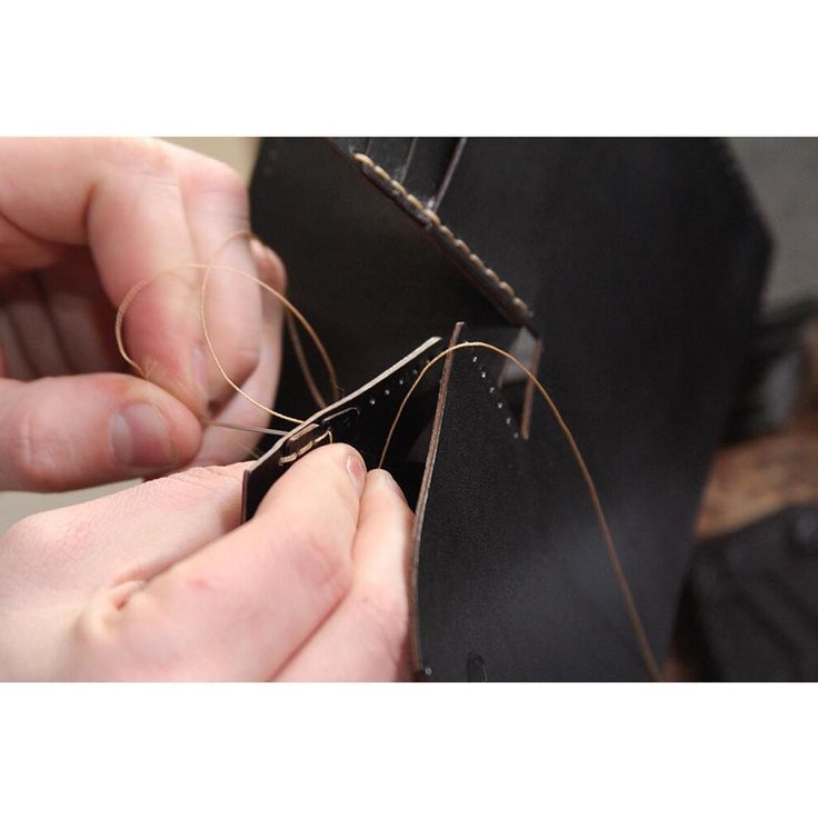 Ihoptvinnade trådar, alla med olika egenskaper - Robust läderplånbok #sawyerstreetgoods #läderplånbok #plånbok #herraccessoarer #herrmode #herrstil #gentleman #presenttips #handgjort #julklapp #julklappstips