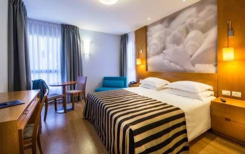 The Lusky- Great Small Hotel - Bénéficiant d'un emplacement idéal à proximité de la plage située sur la célèbre rue Hayarkon, dans le centre-ville de Tel Aviv, le Lusky est un hôtel intime offrant gratuitement un parking souterrain et une connexion Internet. Adresse The Lusky- Great Small Hotel: 84 Hayarkon Street 63432 Tel Aviv