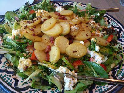 Over (h)eerlijk koken.: camping kokenHeerlijke salade met gebakken aardappeltjes