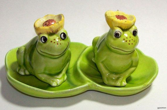 Frogs on water lily pad - vintage salt & pepper shakers