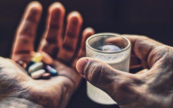 8 лекарств, которые нужно всегда носить с собой  1. Универсальное средство – парацетамол (7 рублей). Это самое популярное лекарственное средство в мире. На его основе выпущено несколько десятков лекарств (Панадол, Эффералган). Парацетамол оказывает обезболивающий эффект (головная и зубная боль), жаропонижающий и незначительный противовоспалительный. В определенных дозировках считается безопасным для детей. Нельзя принимать людям с больной печенью. Ибупрофен (10 рублей) обладает лучшим…