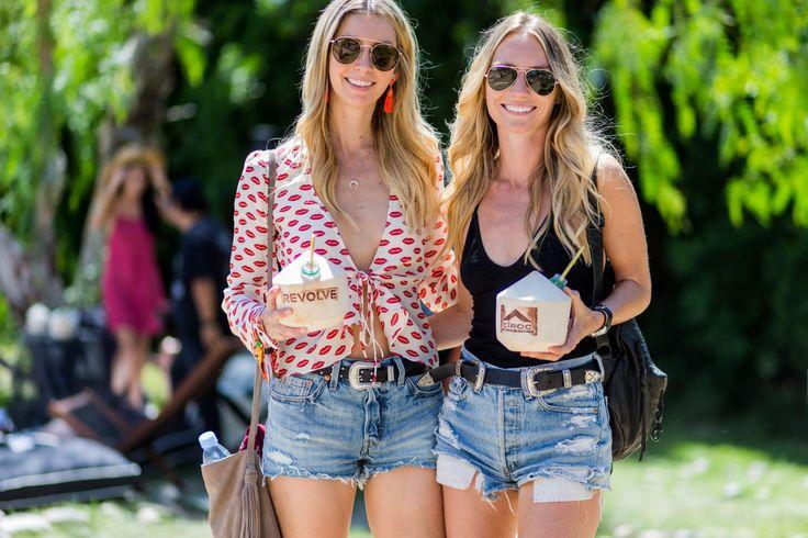 abiti da spiaggia remix: hot pants in jeans e camicia di seta