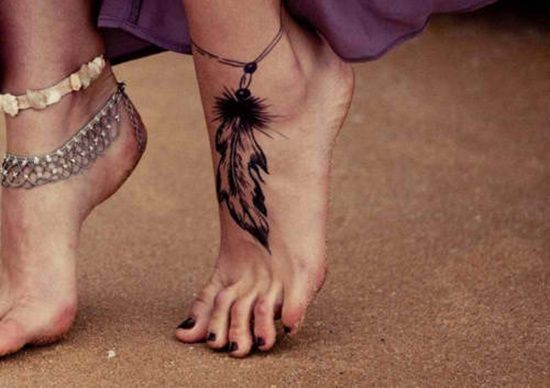 Motif de tatouage femme pied d'une plume et d'un bracelet https://tattoo.egrafla.fr/2016/02/29/tatouage-femme-pied/