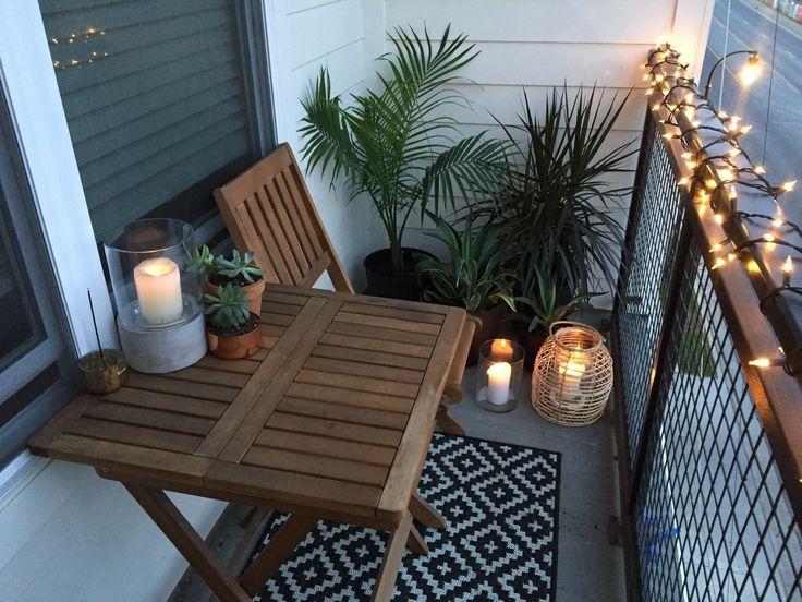 Wohnung kleine Balkon Dekor Ideen und Design. Balkon Garten mit Kerzen, Lichtern und tropischen