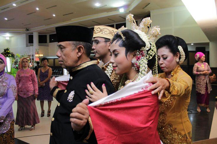 0877-0115-7774 Panduan Temu Manten, Panggih Adat Jawa by Raddin Wedding. Info Hub:  0858 5021 7774, Pin 5214C541