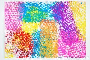 Interesting and Colorful Bubble Wrap Art | Bubble wrap painting is a simple, budget-friendly way to create cool and unique prints on paper.