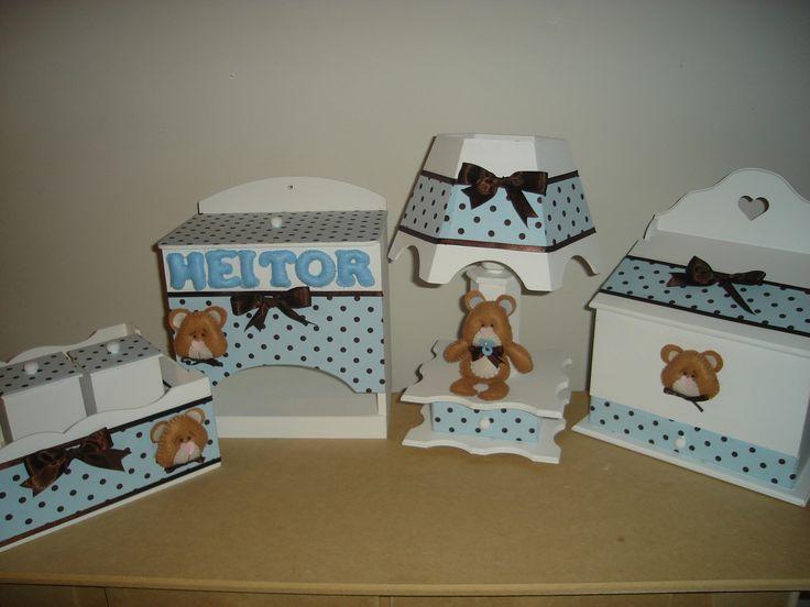 Vai ter um bebe? menino? <br>veja que fofo esse kit de ursinhos.!!! <br>contem: <br>porta fraldas <br>cesta com 3 potinhos <br>abajur <br>farmacinha <br>com aplicação de ursinhos de feltro