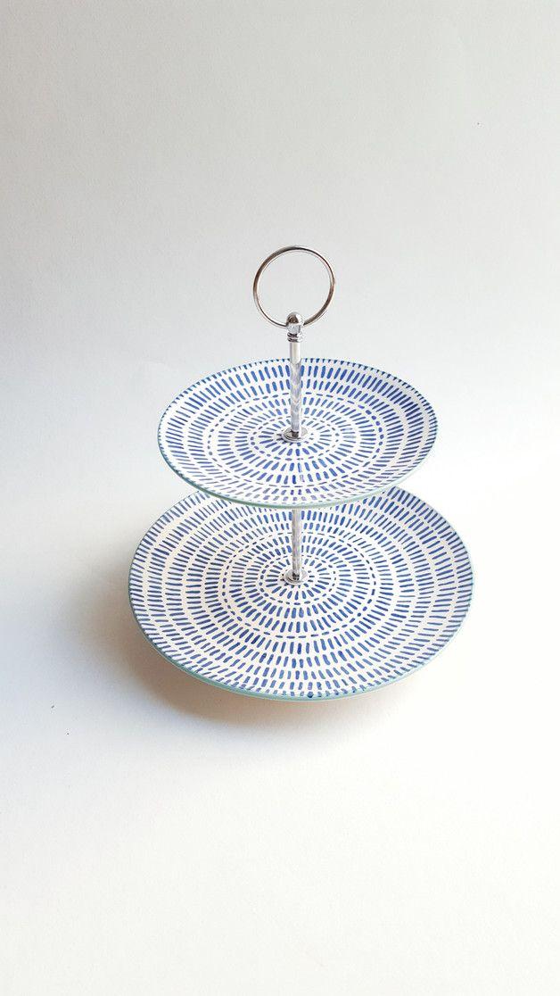Diese aus einem kleinen Essteller und einem kleineren Kuchenteller bestehende Etagere verleiht einem festlich gedeckten Tisch mit z. B. weißem Geschirr noch einmal einen besonderen Akzent und wird...