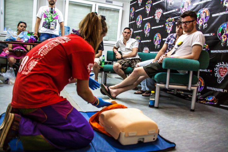 Pokojowy Patrol uczy pierwszej pomocy na 19. Przystanku Woodstock. Fot. Anna Migda