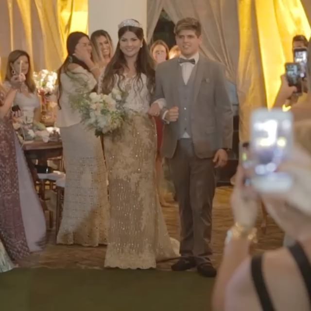 A renovação da @jornalistaabordo com Jorge!! A entrada da noiva com seu filho @befelippi !! Ela usa um lindo vestido @elcimarbadualtacostura e ela @mzaniratonoivas !! Foi impecável a renovação!! Com assessoria de @chrismellassessoria !!  http://gelinshop.com/ipost/1525627466905854792/?code=BUsHhkYgKNI
