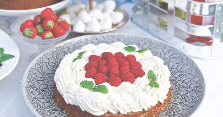 Snabbakad tårta med bottnar smaksatta med fläder och kardemumma. Dekorera med enkel mascarponefrosting och färska bär.Recept ur boken Tårtor med Linus