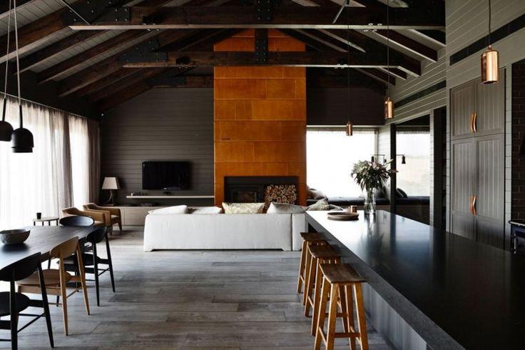 cheminée encastrée, bar de cuisine en noir laqué et tabourets hauts assortis