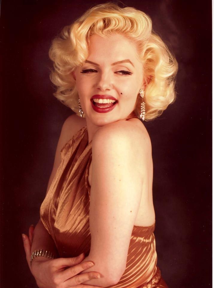 Monroe'nun yüzündeki ışığın sebebi, onun ağır makyajdan kaçınmasıydı. Şeftali tonlarındaki allık ve yüzüne ışıltı veren altın tonlar, Monroe'nun güzelliğine güzellik katıyordu.