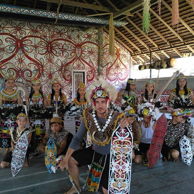 Serunya, saat @hamishdw eksplore Kalimantan Timur! Melihat lebih dekat Budaya Kampung Dayak Bena Baru, menikmati sunset di derawan, hingga menikmati e... - Official MNCTV (@officialmnctv)