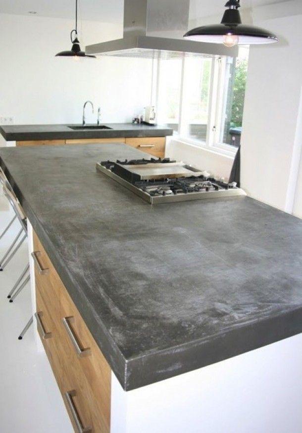 Groot betonnen blad met echt massief eiken houten keukendeuren en ikea keuken kasten in de stijl van piet boon en paul van de kooi. Door KoakDesign