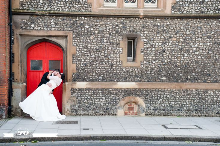 Red door and kissing couple.