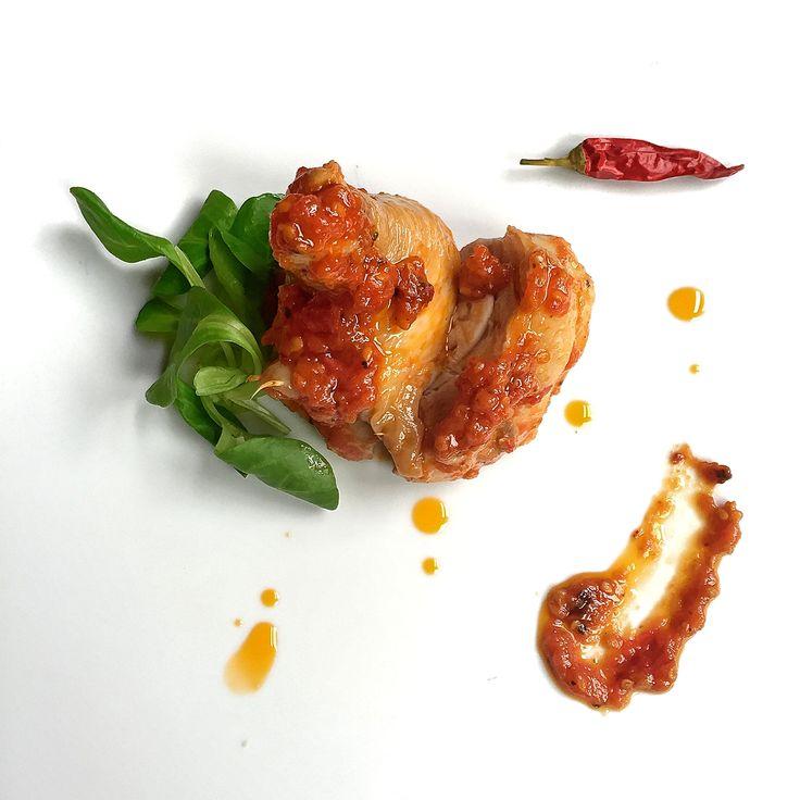 #Se_non_trovi_il_pollo_al_tavolo_entro_venti_minuti.. #Il_pollo_sei_tu!  #Pollo in #umido con #pomodoro del #contadino #campano, #salvia, #rosmarino, #peperoncino e #vino bianco sfumato. Guarnizione di #songino fresco.