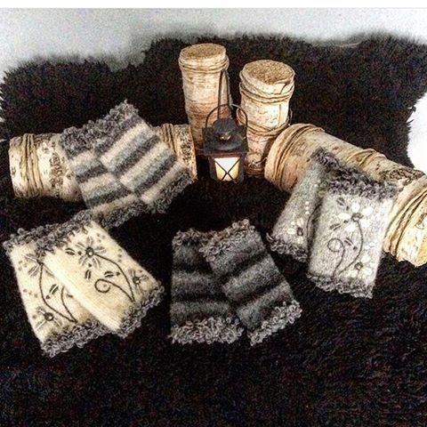 Armledsvärmare,muddar .Stickade i renaste ull,maskin tovade.Torr tovat mönster (filtning) av kardad ull .Virkad kant av garnet Moa#Stickat#stickad#stickning#sticka#garn#handarbete#handmade#handgjord#handgjort#hantverk#handknit#laceknitting#knitlife#knitting#iloveknitting#knitlove#knitstagram#knitting_inspiration#knittersofinstagram#knittingaddict#knittersofthewold#tovat#ullgarn#muddar#torrtovat#kardadull#pulsvärmare