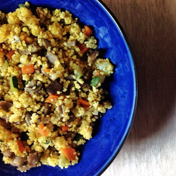 Cous cous con verduras / •100gr cous-cous •100ml agua •1 cucharadita especias morunas •1 zanahoria •1 puerro •1 trozo de calabacín •150 gr setas •aceite de oliva •sal