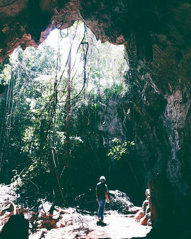 Wisata Gua Liang Kamoi Pulau Buton Lokasinya masih berada di area kawasan Hutan Lambusango. kabar yang beredar Wisata Gua Liang Kamoi Kota BauBau Pulau Buton di temukan saat ada proyek pembuatan atau pelebaran jalan. Wisata Gua Liang Kamoi Kota BauBau Pulau Buton tampak begitu alami. namun kesan saat saya masuk ke dalam Gua Liang Kamoi terkesan penuh misteri.  Info dulunya Gua Liang Kamoi di pergunakan oleh warga sekitar untuk bersembunyi dari kejaran Tentara Belanda saat jaman penjajahan…
