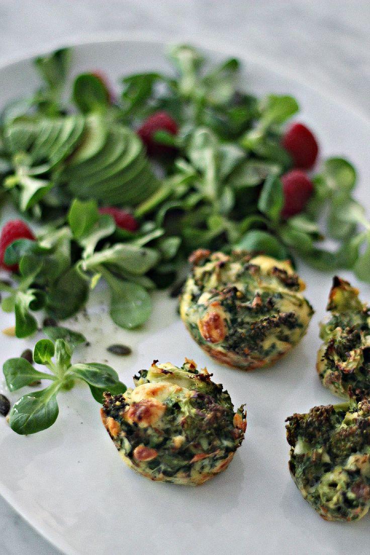 [ Grönkål– & Broccoliknyten ] 3 st ägg / 1 litet broccoli huvud / 2 st stora nävar grönkål / Fetaost / 2 dl ströbröd / Salt / Svart peppar / Chiliflarn. { Gör såhär } Blanda allt och lägg i formar. Sätt in i ugnen på 220 grader i ca 15 min.