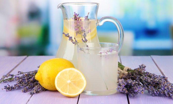 �  Låt känslan avProvencekomma hem till dig.Gör din egen svalkande lavendel cocktail eller lemonad!  Just nu är lavendeln vackert utslagen och doftar helt underbart. Humlor och bin...