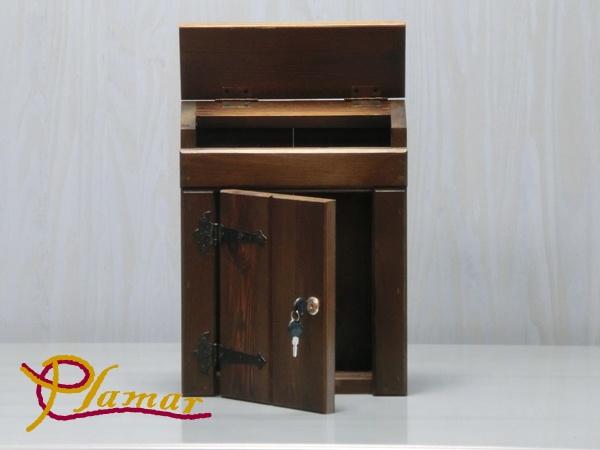 Buzón de madera rústico, ideal para exteriores.