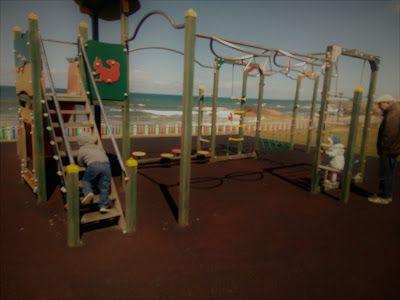 """Parques Infantis #7   Praia de Salgueiros  ✔ localização: Vila Nova de Gaia   Praia de Salgueiros   Av. da Beira-Mar, 425 (GPS: 41°07'28.9""""N 8°40'00.3""""W);  ✔ parque: tem 2 escorregas, sobe e desce, e outras estruturas que eles podem explorar, tudo bem conservado, mas com poucas sombras;  ✔ utilidades: tem vedação, sem portas, tem espaço relvado, e alguns bancos de pedra, nas poucas sombras disponíveis. A praia é mesmo em frente."""