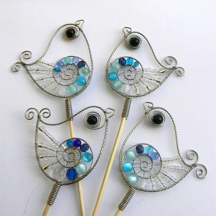 Dráťáci- zápich do květníku Drátovaní ptáčci z nerezového drátku, plastových a skleněných korálků. Výška cca 7 cm. Uvedená cena je za jeden kus.