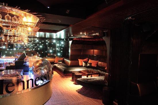"""Ahjo, club - apesar do público """"posh"""" é um ótimo lugar pra escutar boa música eletrônica e interagir com os locais. > Bulevardi, 2."""