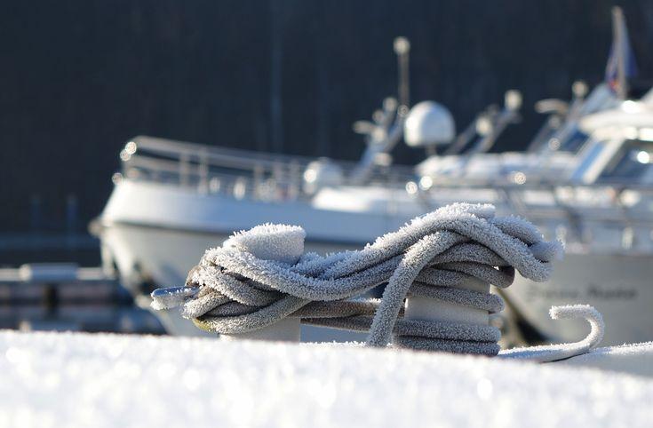 Tauwerk am Hausboot im winterlichen Mantel