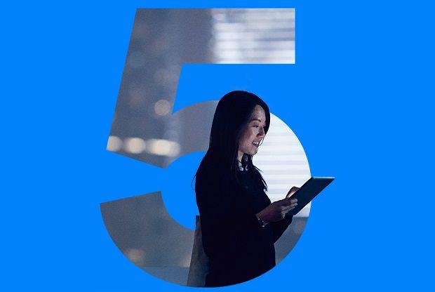 Bluetooth Special Interest Group(SIG)は、Bluetoothコア仕様の最新バージョン「Bluetooth 5」を発表した。Bluetooth 4.2に比較して通信範囲が最大4倍、通信速度が最大2倍向上し、ブロードキャストメッセージ機能の強化や他のワイヤレス技術との共存/相互運用の改善などを実現する。