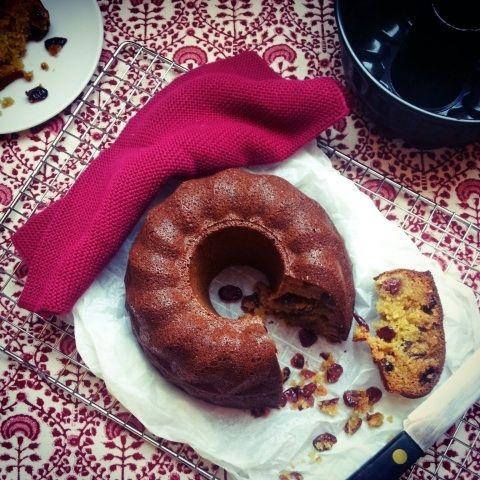 Waarom een cake in zo'n niet opwindend rechttoe rechtaan bakblik bakken als je hem ook uit een sexy tulbandvorm kunt kieperen? Ga gewoon schaamteloos voor inhoud én de looks. Op een (niet-)kersterig feestje mag dat best.