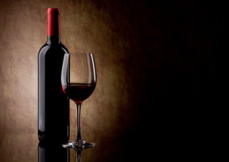 Imagen botella de vino y copa servida fondo oscuro - Botelleros de vino ...