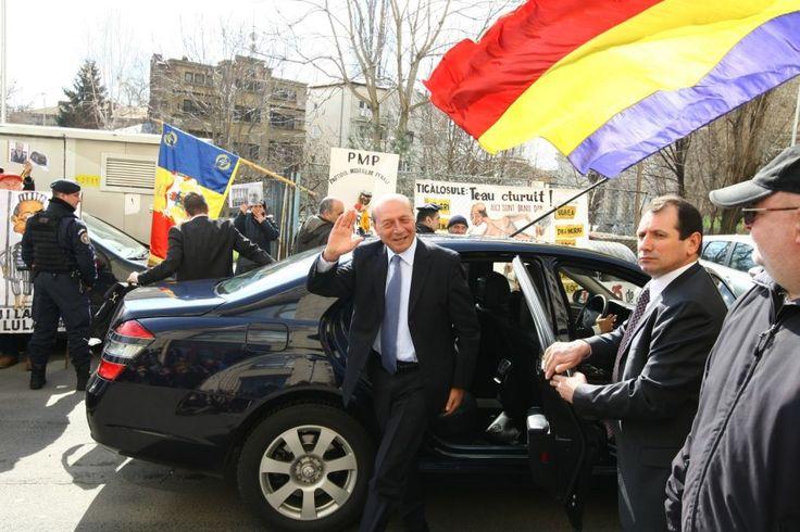 Traian Basescu a fost citat la sediul Parchetului. Marti va da lamuriri cu privire la acuzatia de santaj! - http://stireaexacta.ro/traian-basescu-a-fost-citat-la-sediul-parchetului-marti-va-da-lamuriri-cu-privire-la-acuzatia-de-santaj/