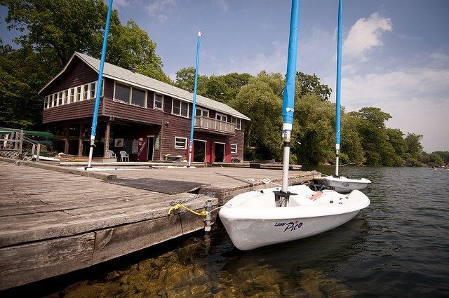 Sailboating in Orillia for kids at the YMCA's Simcoe/Muskoka summer camp