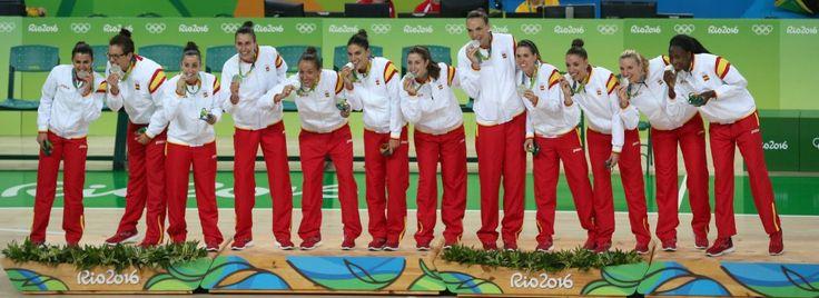 Las jugadoras españolas posan con la medalla de plata obtenida tras el partido por la final del torneo de baloncesto femenino que disputaron ante Estados Unidos, el 20 de agosto. Primera medalla olímpica para el equipo.