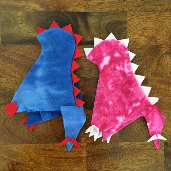 ¡ROAR! ¿Los elfos les encanta jugar y que no le gusta pretendiendo ser un dinosaurio? Este traje de dinosaurio es un diseño original de FergsNest! Se hace con lana y fieltro, listo para ser usado año tras año. Algunas partes son cosidas, otros se pegan caliente. Este traje está sólo destinado para elfos, no juego para los niños menores de 3 años. Hay cinco opciones de color a elegir en retirada-azul con puntos rojos, color morado con puntas verdes, color de rosa caliente con picos rosa luz…