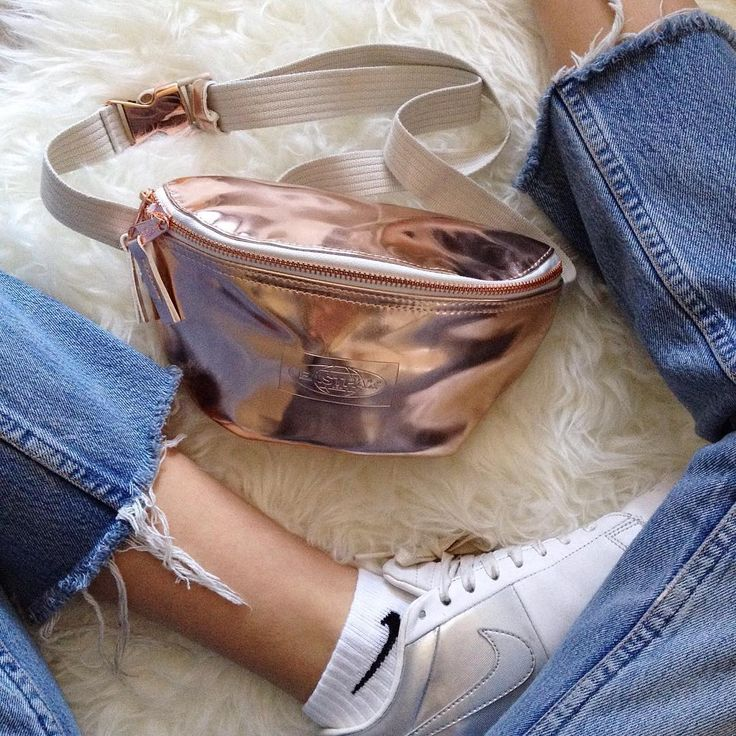 Adding some shine to your Wednesday with the Springer in rose gold. Picture by @candyrosiee . #eastpak #bumbag #details #handsfreeliving