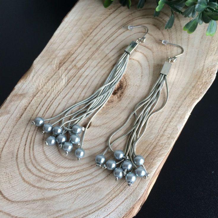 Deze lange zilverkleurige hang oorbellen met parels zijn 11 cm lang. De hanger bestaat uit meerdere kettinkjes met parels. Perfekt voor de feestdagen.