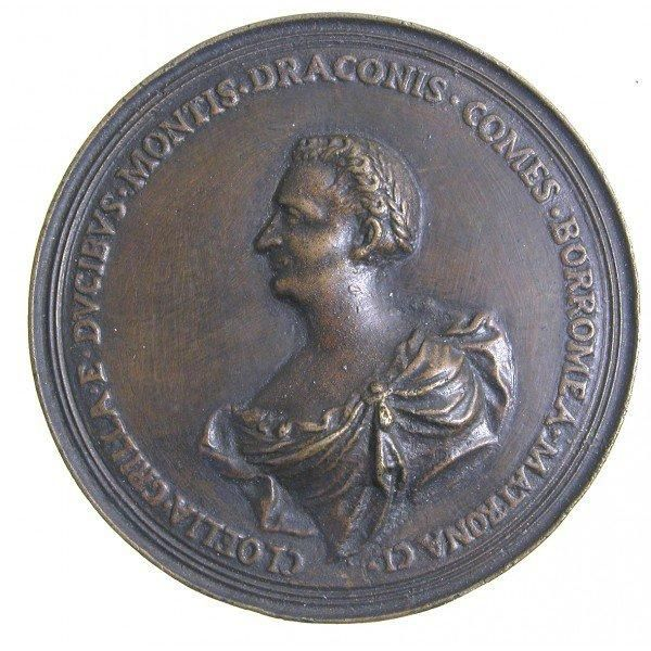 Ritratto di Clelia Grillo Borromeo (1684-1777). Antonio Selvi, medaglia commemorativa in bronzo dorato, coniata a Firenze nel 1753. Busto a sinistra con capelli raccolti in treccia coronati d'alloro e veste scollata ornata di fibula e veli; MATRONA CL. CLOELIA GRILLA E DVCIBVS MONTIS DRACONIS COMES BORROMEA (=Dama chiarissima Clelia Grillo dei duchi di Mondragone, contessa Borromeo). Clelia sposò nel 1707 Giovanni Benedetto Borromeo (1679-1744).
